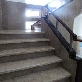 Escadaria comum de acesso ao interior do prédio