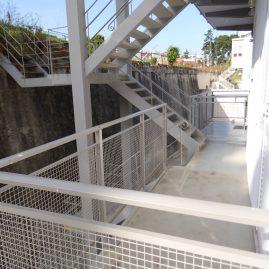 Escada de acesso pelo exterior